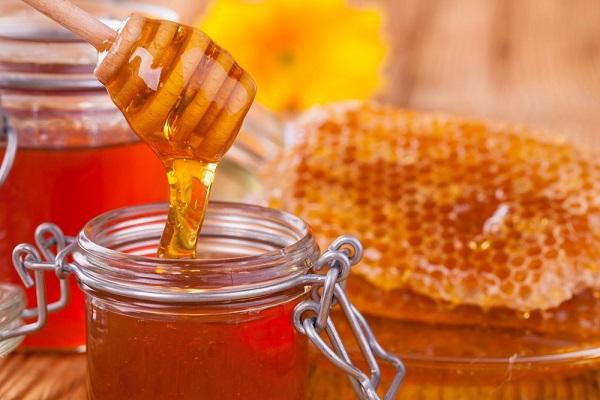 """Bật mí cách đắp mặt nạ mật ong trị mụn """"siêu"""" hiệu quả ngay tại nhà"""
